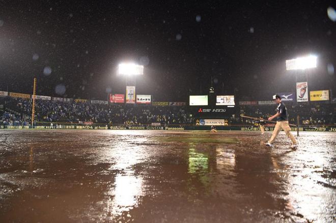 試合を終えた阪神甲子園球場。水浸しのグラウンドに照明が反射していた=小林一茂撮影