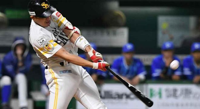 九回裏ソフトバンク1死、内川は左越えに同点となる本塁打を放つ=長沢幹城撮影