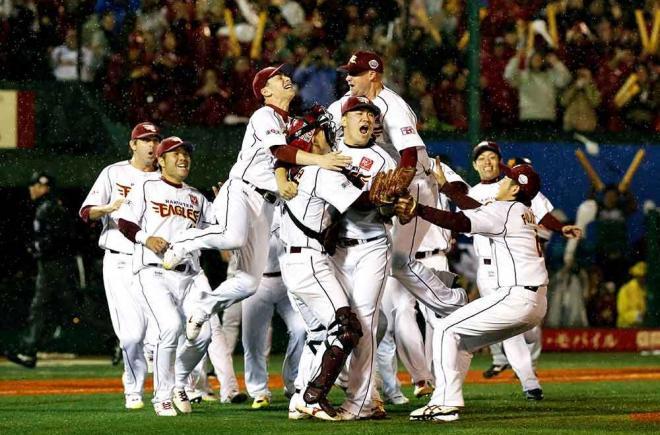 日本シリーズを制し喜ぶ楽天の選手たち。中央は田中将大投手=2013年11月3日、矢木隆晴撮影