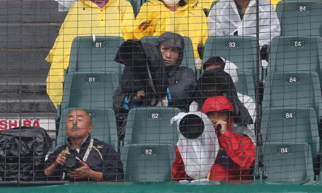 阪神甲子園球場バックネット裏のカメラマン席で撮影する報道陣=矢木隆晴
