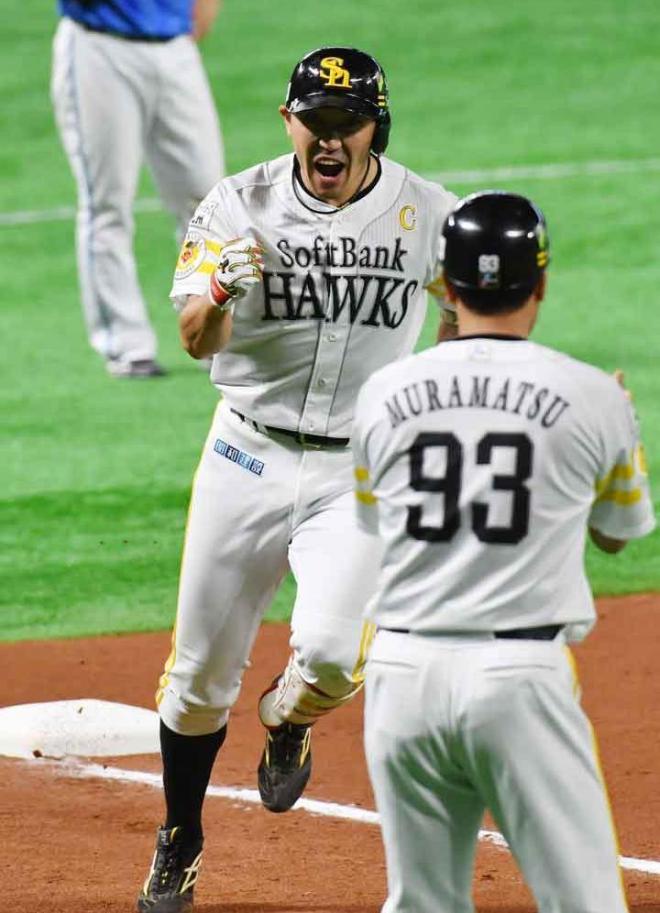 九回裏ソフトバンク1死、内川は同点の本塁打を放ち三塁を回る=日吉健吾撮影