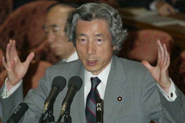 衆院の委員会で答弁する小泉首相(当時)=2004年6月2日