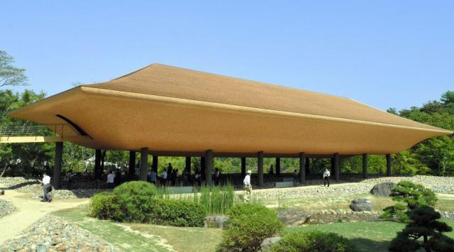 神勝寺にある巨大な舟形のアートパビリオン「洸庭」=福山市沼隈町