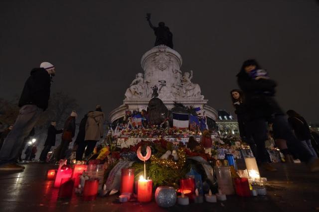 2年ほど前のレピュブリック広場にはロウソクがともされ、多くの人が祈っていた=2015年12月、フランス・パリ、竹花徹朗撮影