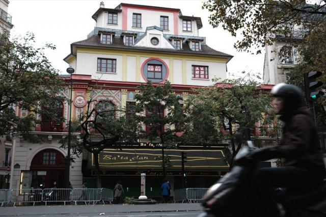 1年ほど前に営業を再開し、日常が戻ったコンサートホール「ルバタクラン」前=10月24日、フランス・パリ、竹花徹朗撮影
