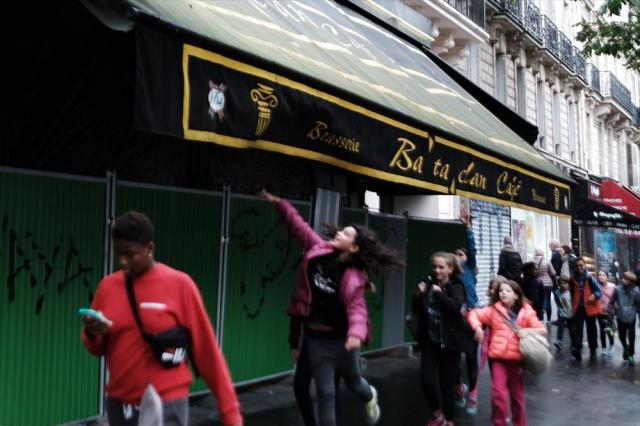 コンサートホール「ルバタクラン」の前をジャンプしながら駆け抜ける子供=10月24日、フランス・パリ、竹花徹朗撮影