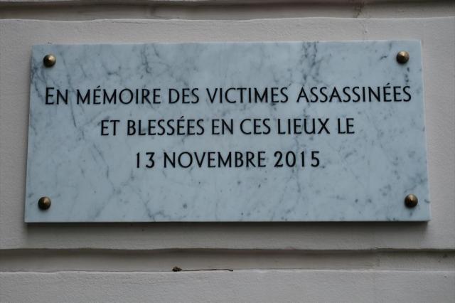 コンサートホール「ルバタクラン」には犠牲者追悼のための銘板が貼られていた=10月24日、フランス・パリ、竹花徹朗撮影