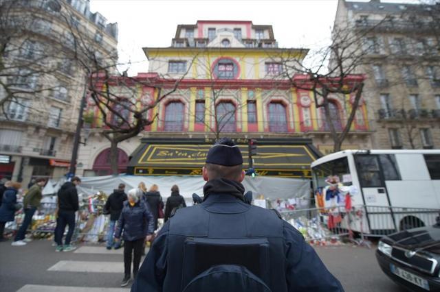 テロ事件発生から1カ月後のコンサートホール「ルバタクラン」。当時、大勢の警察官や追悼に訪れる人たちの姿があった=2015年12月、フランス・パリ、竹花徹朗撮影