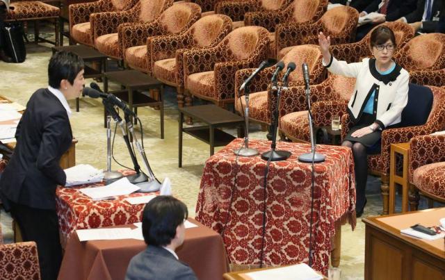 衆院予算委分科会で、辻元清美氏(左)の質問に答弁するため挙手する稲田朋美防衛相(当時)=2017年2月23日、岩下毅撮影