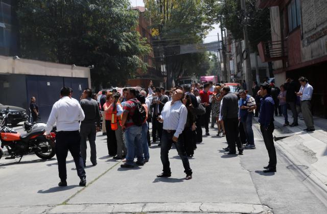 地震の直後、建物の外に出てくる人たち