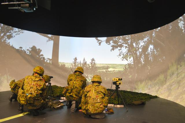 新設の陸上自衛隊統合火力教育訓練センターにある誘導シミュレーター。奪回を目指す島に火力誘導班の隊員らが先に上陸し、艦船などに攻撃目標を指示、着弾を確認する想定で訓練をした=11月12日、静岡県小山町須走の陸自富士学校