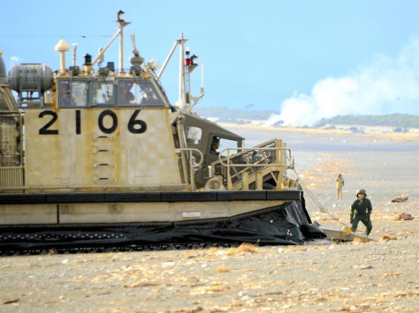 海岸に乗り上げた海上自衛隊のLCAC(エアクッション艇)から上陸する陸上自衛隊の高機動車=11月12日、静岡県沼津市の米軍沼津海浜訓練場