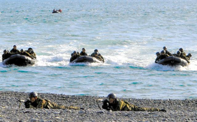 陸上自衛隊の水陸両用部隊の第二陣がボートで海岸に迫る=11月12日、静岡県沼津市の米軍沼津海浜訓練場