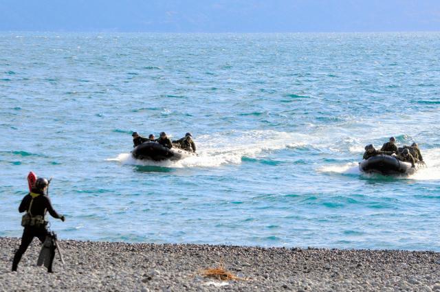 自衛隊統合演習で、ボート2隻で海岸に迫る陸上自衛隊の水陸両用部隊の第一陣。左は先に上陸し誘導する役の洋上斥候=11月12日、静岡県沼津市の米軍沼津海浜訓練場