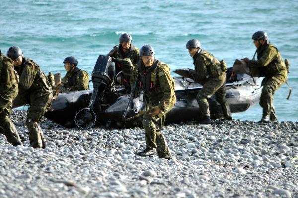 陸上自衛隊の水陸両用部隊約40人が7隻のボートで上陸を終え、LCAC(エアクッション艇)上陸に備え安全を確保する=11月12日、静岡県沼津市の米軍沼津海浜訓練場、藤田直央撮影