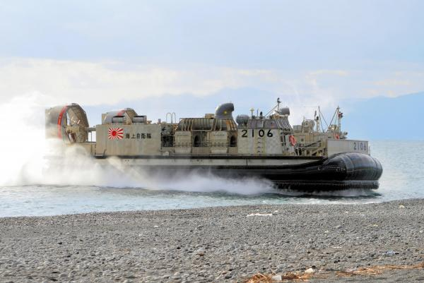 ボートで上陸した水陸両用部隊が安全を確保後、海岸に乗り上げる海上自衛隊のLCAC(エアクッション艇)=11月12日、静岡県沼津市の米軍沼津海浜訓練場