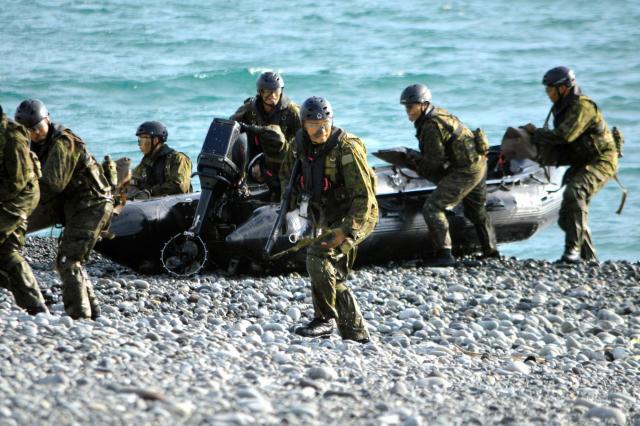 陸上自衛隊の水陸両用部隊約40人が7隻のボートで上陸を終え、LCAC(エアクッション艇)上陸に備え安全を確保する=11月12日、静岡県沼津市の米軍沼津海浜訓練場