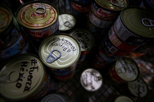 「私たちはともに」。支援物資の缶詰にはメッセージが書かれていた