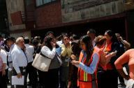 9月19日にメキシコ市であった地震の直後、建物の外に出てくる人たち