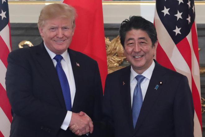 東京・元赤坂の迎賓館で首脳会談を前に握手するトランプ米大統領(左)と安倍晋三首相=2017年11月6日、岩下毅撮影