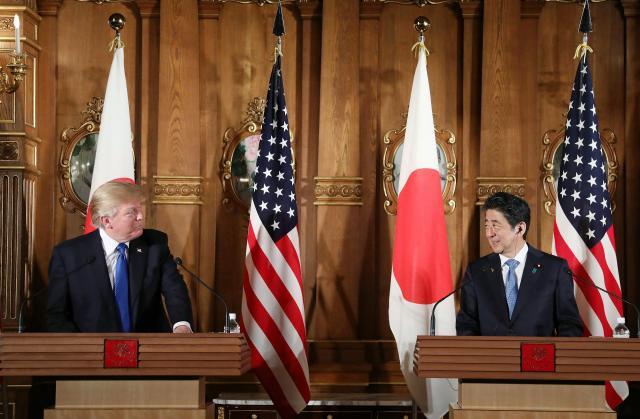 共同記者会見で向かい合って笑顔を見せるトランプ氏と安倍首相=2017年11月6日、代表撮影