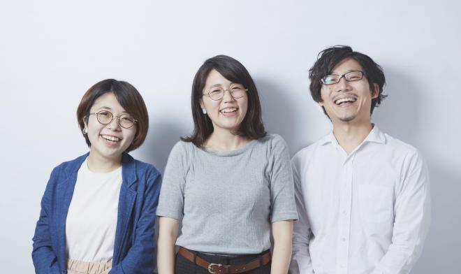 受賞作を制作した3人。左から、デザインを担当した野田智菜実さん、まとめ役の平澤佳子さん、写真を担当した北川礼生さん