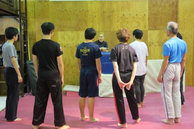 インストラクター(中央)のアドバイスに、耳を傾ける参加者たち