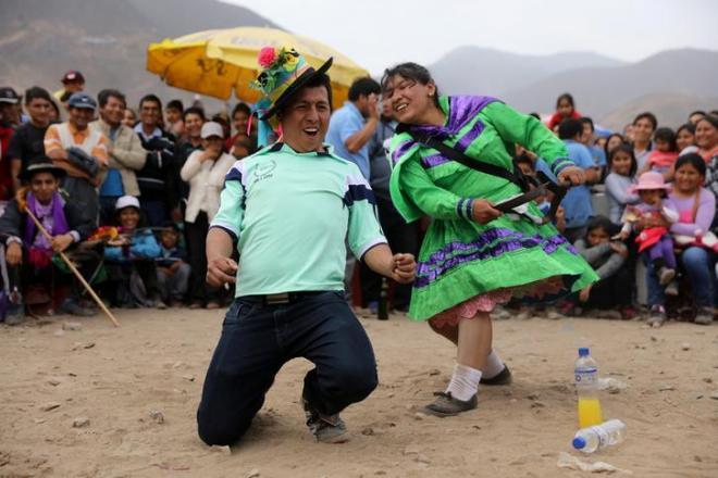 地震があったメキシコで「死者の日」に踊る男女=2017年11月2日、ロイター