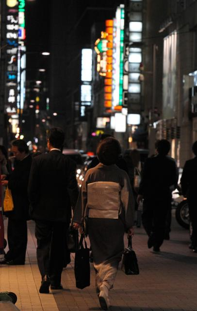 東日本大震災が発生し、銀座のクラブ街では客足が減った=2011年4月