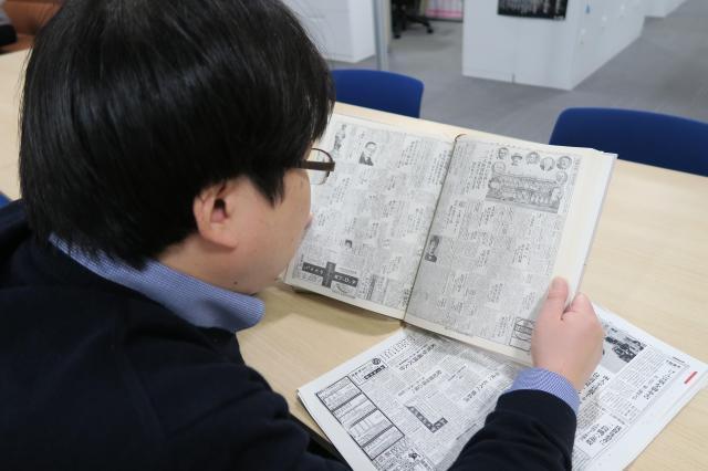 昔の新聞の研究に余念がない昭和太郎