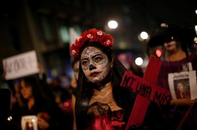 「死者の日」に顔をペイントした女性=2017年11月2日、ロイター