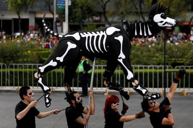 メキシコの「死者の日」のパレード=2017年10月29日、ロイター