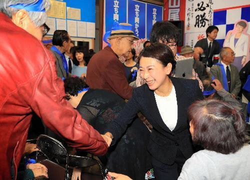 当選が決まり支持者と握手する山尾志桜里氏=愛知県長久手市、川津陽一撮影
