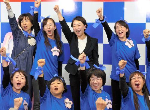 当選が決まり、女性支持者と気勢を上げて喜ぶ山尾志桜里氏(中央)=愛知県長久手市、川津陽一撮影