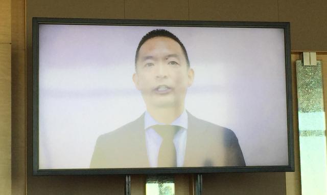 ビデオメッセージで祝福する長谷部健・渋谷区長=東京都渋谷区