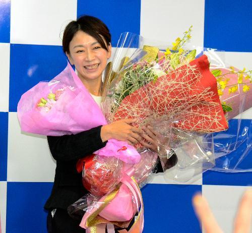 支援者から贈られた花束を手に、笑顔を見せる山尾志桜里氏=愛知県長久手市