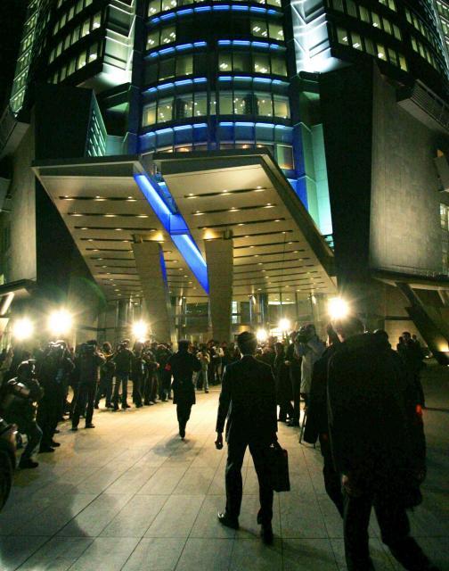 ライブドアのある六本木ヒルズに家宅捜索に入る東京地検特捜部の係官ら=2006年1月16日、東京都港区六本木6丁目で