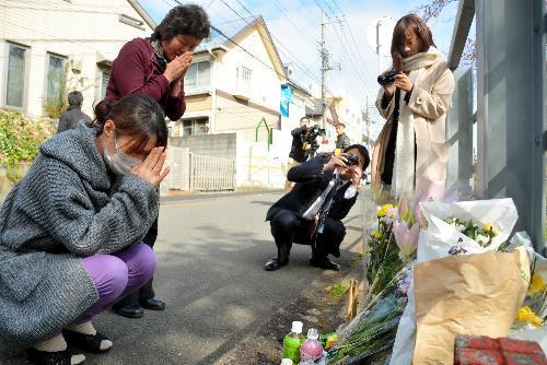 座間市に住む加藤芳子さん(左から2番目)は「自分の孫があんなことになったらと思うと、ひとごとではなかった。あまりにもかわいそうで……」と現場に手を合わせた=2017年11月10日、神奈川県座間市、飯塚