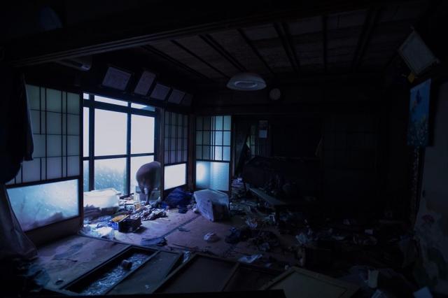 町民に親しまれた中華料理店「一福屋」。震災前は、自宅の居間を開放し夜遅くまで宴会が開かれていた。写真には夜中、イノシシが部屋に入り込む様子が写っていた=福島県双葉町