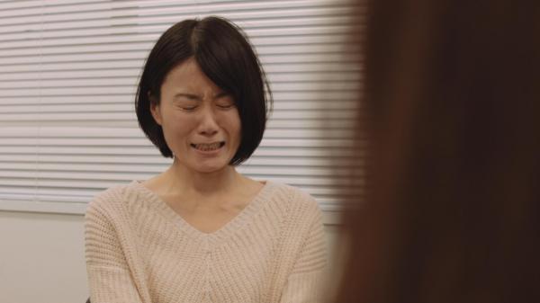 ギャンブル依存症の人とその家族を描いた映画「微熱」の続編。自分の体験談を話す途中で泣く妻