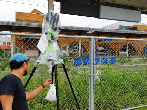 JR双葉駅前には、雨よけのゴミ袋をかぶせたカメラを設置=福島県双葉町