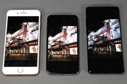スマートフォンはディスプレーの品質も大事。左から、「iPhone8 Plus」「iPhone X」「サムスンGalaxy Note 8」。