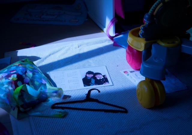 子供部屋に差し込む月明かりに照らされる子どもたちの写真=福島県双葉町