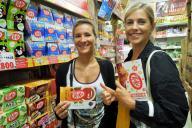 キットカットを買いに来たフランス人観光客のスヴィアさん(右)とバネッサさん。抹茶味、もみじまんじゅう味、イチゴ味などを購入した=MEGAドン・キホーテ渋谷本店で