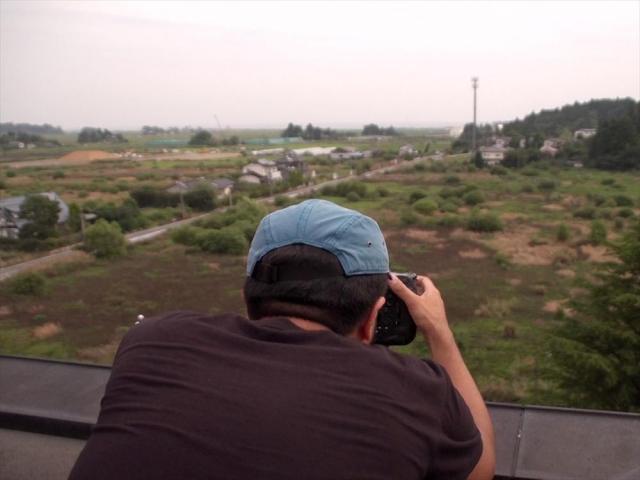 日の出を撮影しようと、双葉町役場の屋上にカメラを設置した=福島県双葉町