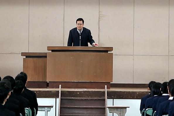 一時退院して中学校を訪れた友道健氏さんは、翌日に卒業式を控えた3年生を含む全校生徒と教職員を前に思いを語った=3月9日、広島県福山市、友道さん提供