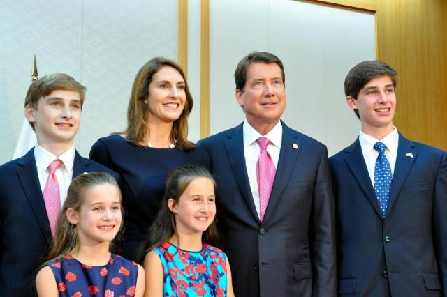 米国の新駐日大使として着任したウィリアム・ハガティ氏(右から2番目)と、同氏の家族=8月17日、成田空港