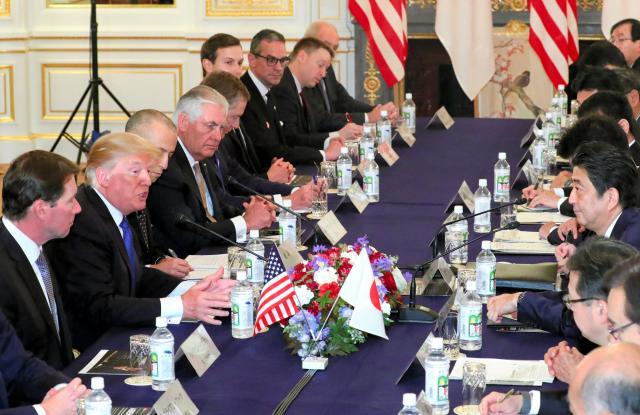 米国の対日貿易赤字や武器輸出も話し合われた日米首脳会談。安倍首相(右列中央)に向き合うトランプ大統領の隣にハガティ駐日大使(左端)はいた=11月6日午後、東京・元赤坂の迎賓館