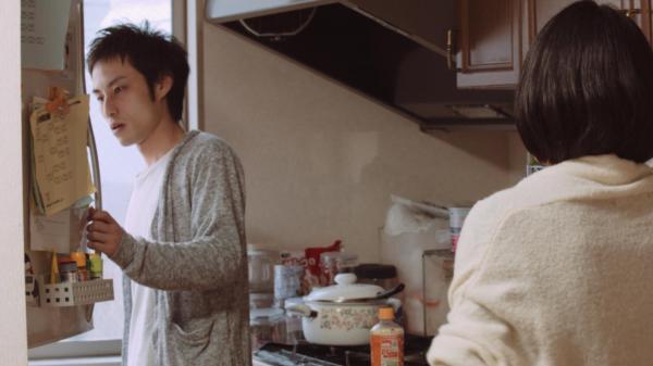 ギャンブル依存症の人とその家族を描いた映画「微熱」の続編。新たな借金が発覚する場面