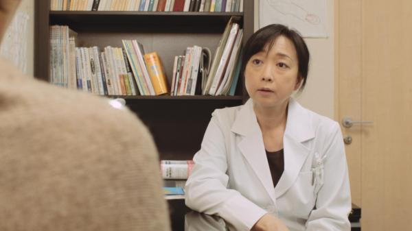 ギャンブル依存症の人とその家族を描いた映画「微熱」の続編。医師役は川上麻衣子さん